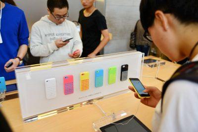 2013-09-20T120000Z_1723019556_MT1IMGCNPAU88593705_RTRMADP_3_CHINA-APPLE-IPHONE-5S-5C-SMARTPHONE-400×267.jpg
